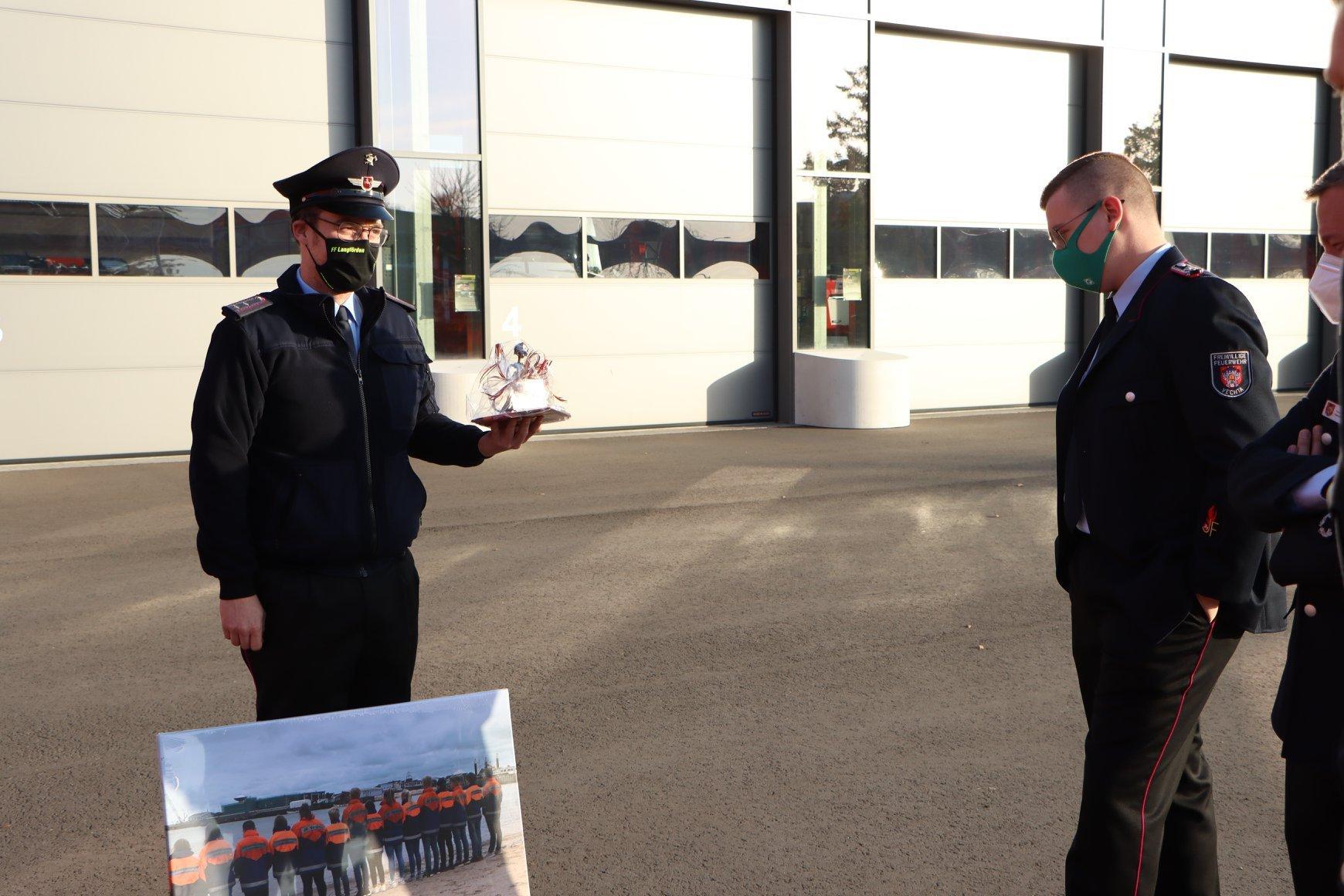 Jugendfeuerwehrwart Nils Triphaus nimmt Glückwünsche und Geschenke entgegen