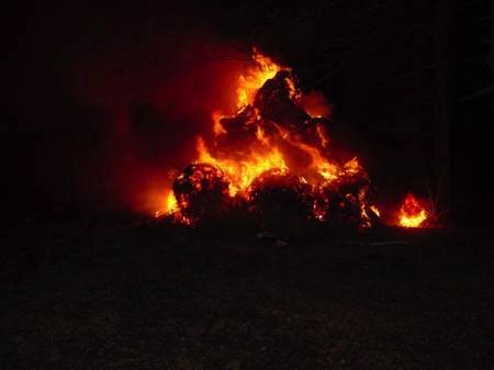 Strohballenbrand, Es brennen ca. 130 Rundballen