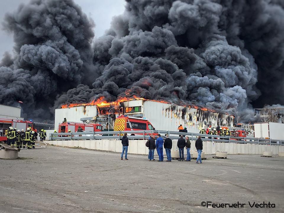 Großbrand, Zwei Produktionshallen der Firma Wiesenhof stehen in Flammen