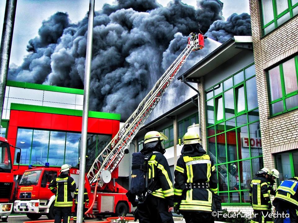 Großbrand in Lohne – Produktionshallen der Firma Wiesenhof stehen in Flammen