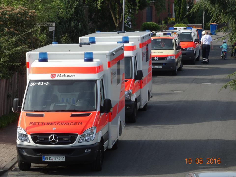 Verkehrsunfall, Person unter einem Bus eingeklemmt
