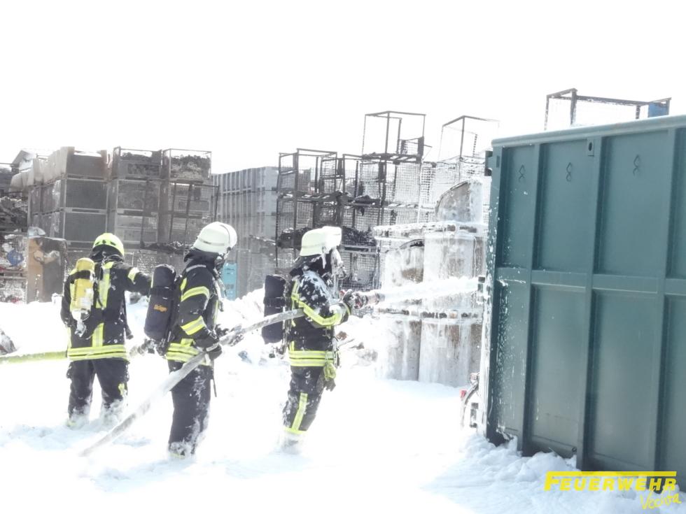 Großbrand in einem kunststoffverarbeitenden Betrieb
