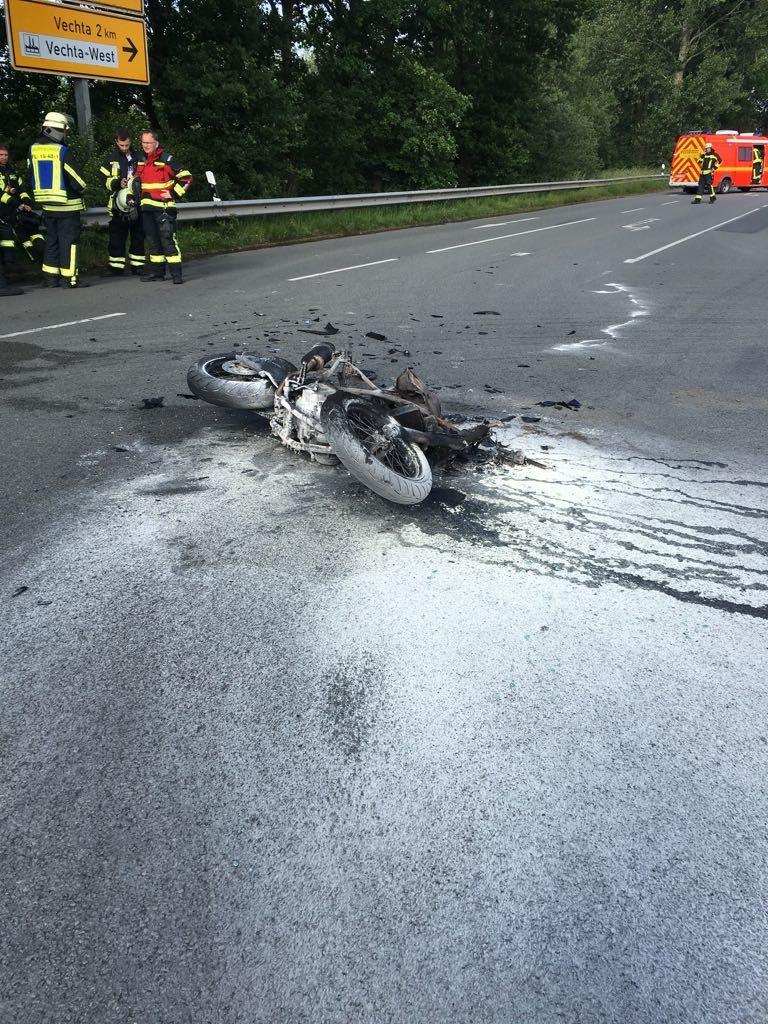 Brennendes Motorrad nach Verkehrsunfall