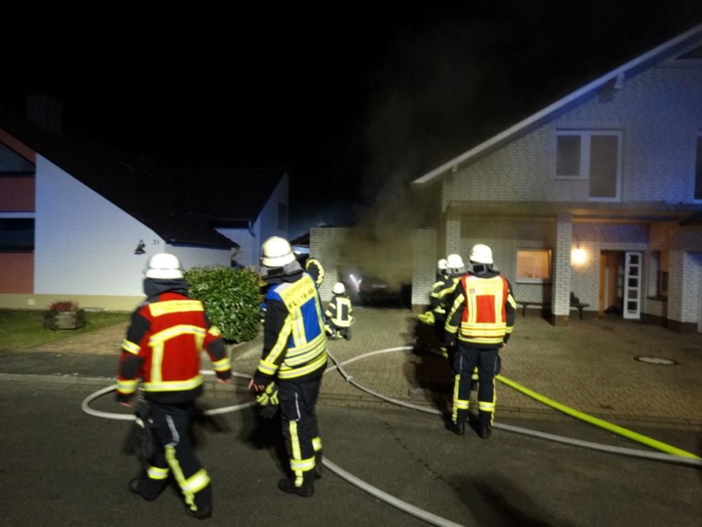 Brennt PKW in Garage