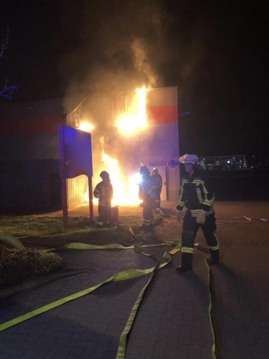Brennt Leuchtreklame an Gebäude